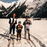 Erste Schritte auf Ski mit Papa und Onkel